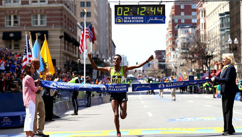 Hayle cruzando la meta de la Maratón de Boston 2016