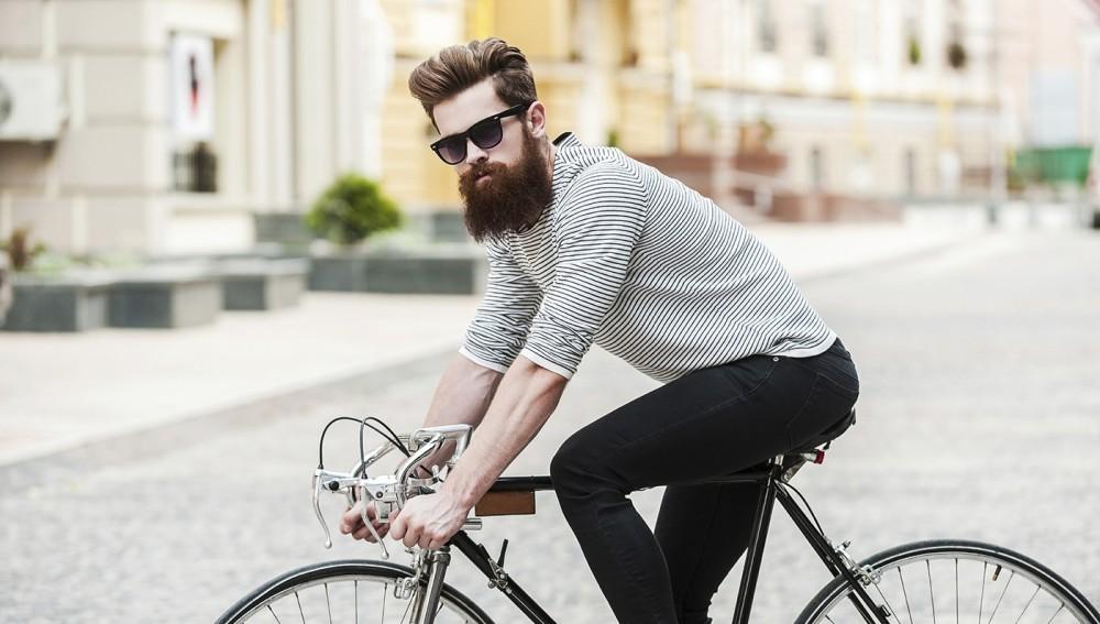 Un hipster en bicicleta