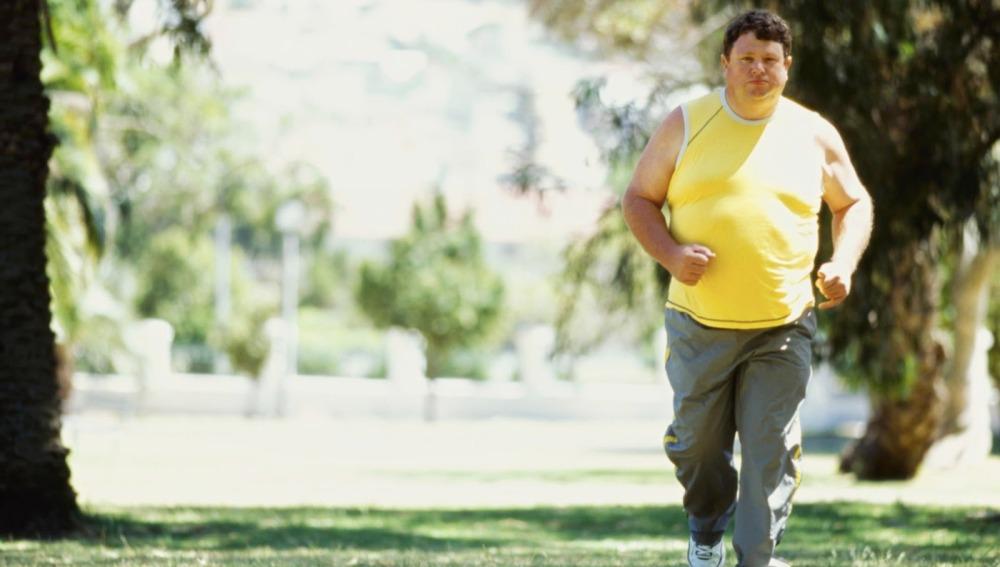 Una persona con barriga corriendo