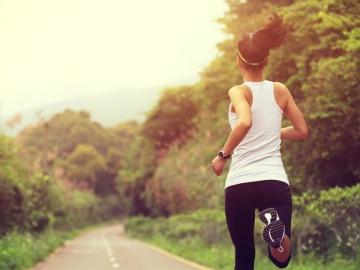 Una mujer haciendo una ruta de running