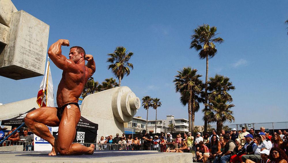 Un hombre musculado en la playa
