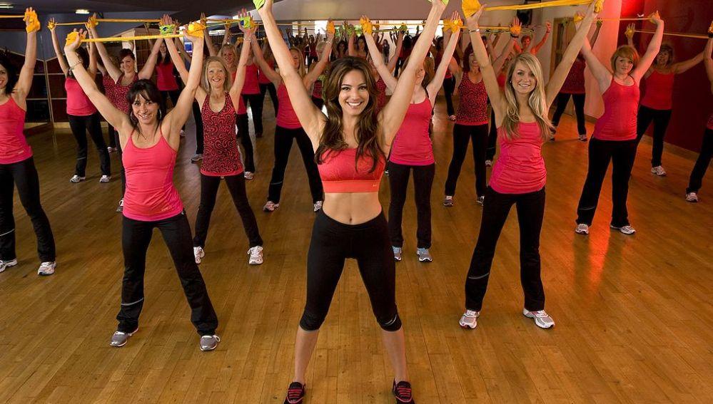 Un grupo de chicas haciendo deporte