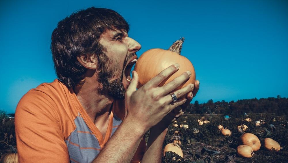 Un hombre hambriento por el campo
