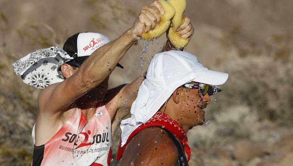 Un corredor en una carrera de calor extremo
