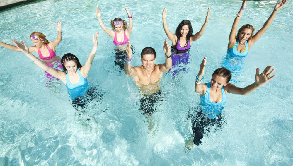 Grupo de gente haciendo Aqua Zumba