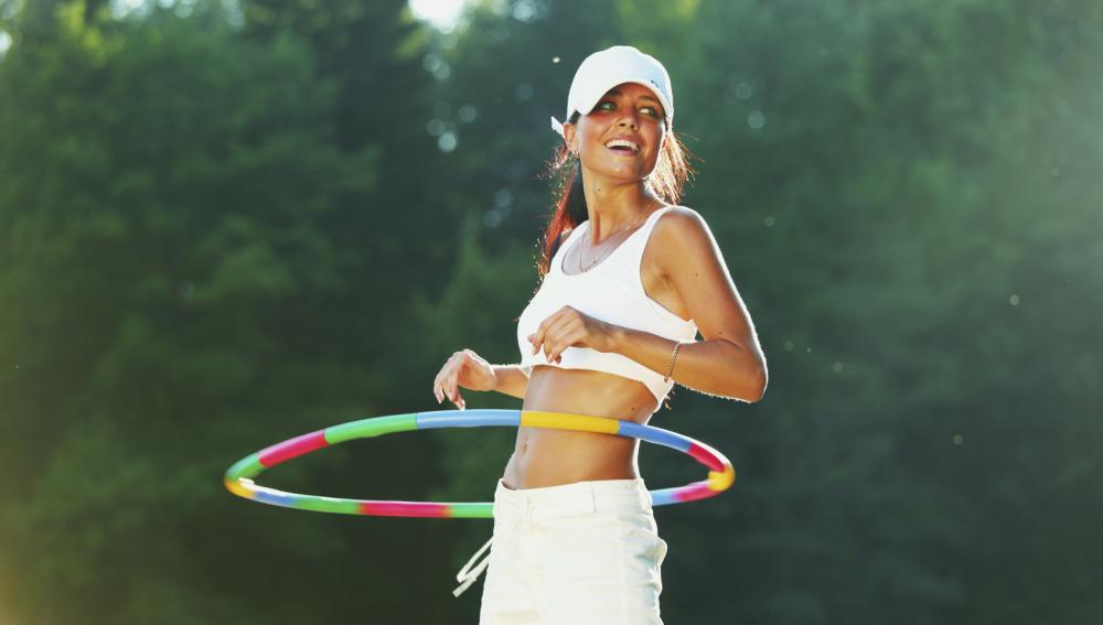 Moldea abdomen y cintura con el hooping, la forma más divertida de bailar un hula-hoop