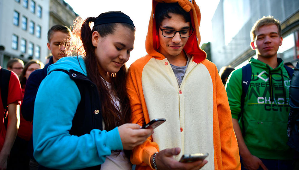 Unos fans de Pokémon Go en la calle