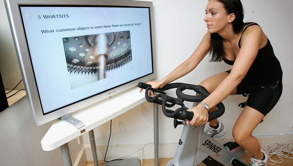 Una deportista en la bici de spinning