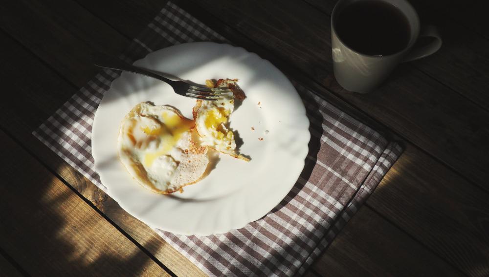 Desayunar en la penumbra tampoco es la mejor opción