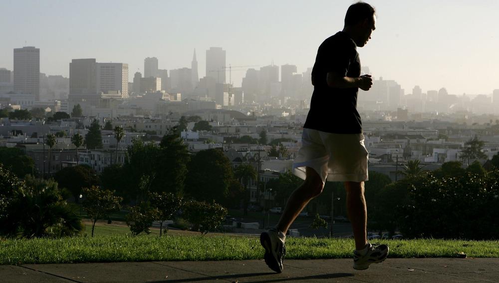 Un hombre corre solo por el parque