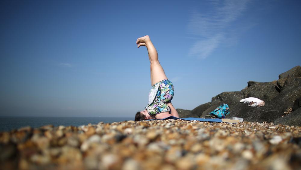 Mujer haciendo ejercicio en la playa