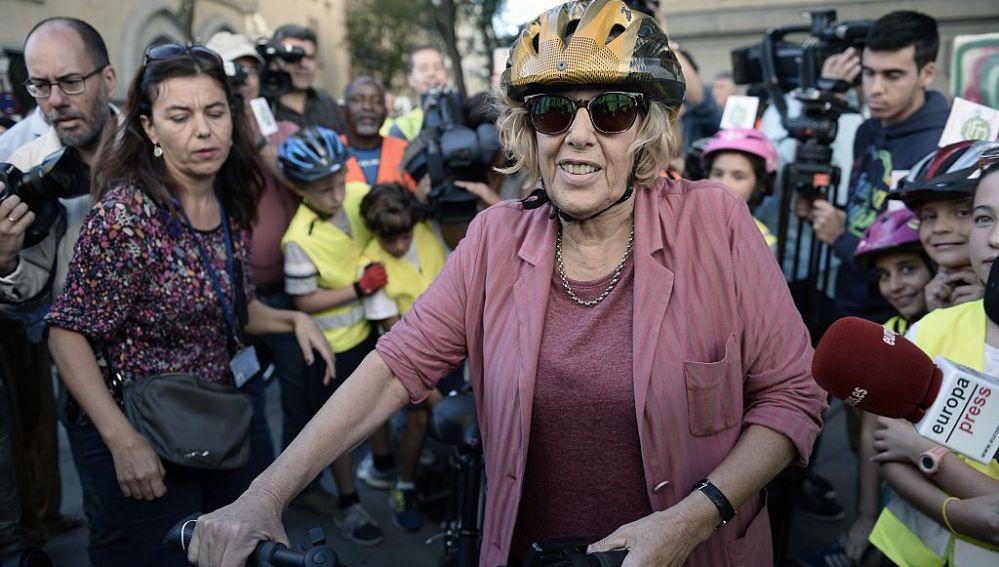 Manuela Carmena con un casco de bici