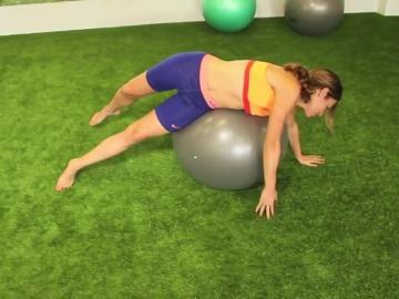 Frame 13.764227 de: Libera tu espalda de dolores con estos estiramientos caseros en una Fitball