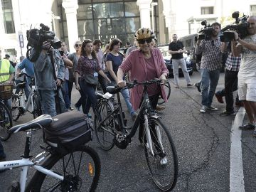 Carmena con una bici en Madrid