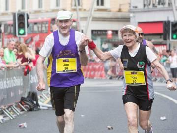 Pareja de octogenarios corriendo maratones