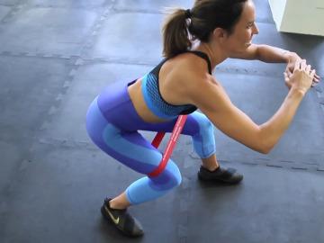 Ejercicios con gomas entre las piernas