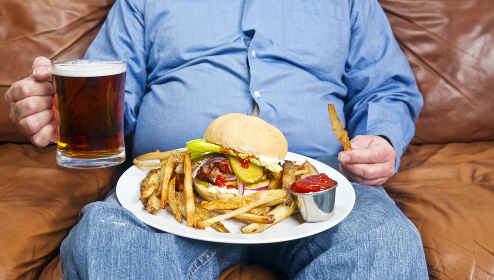 Comedor compulsivo frente a una hamburguesa