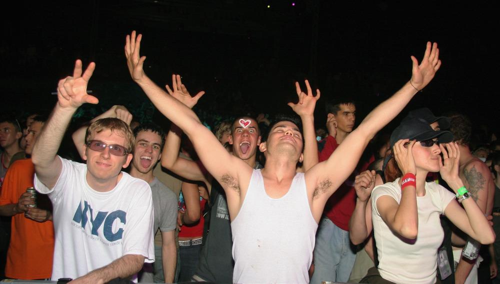 Jóvenes disfrutan de un evento