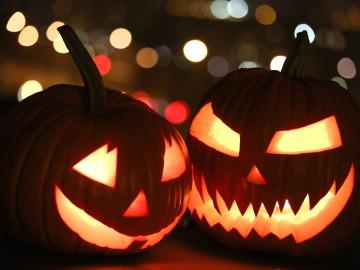 Dos calabazas de Halloween son exhibidas en una casa