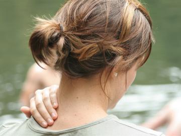 Ya te va a dar el día de ocio el dolor cervical… ¡Ponle remedio al instante!