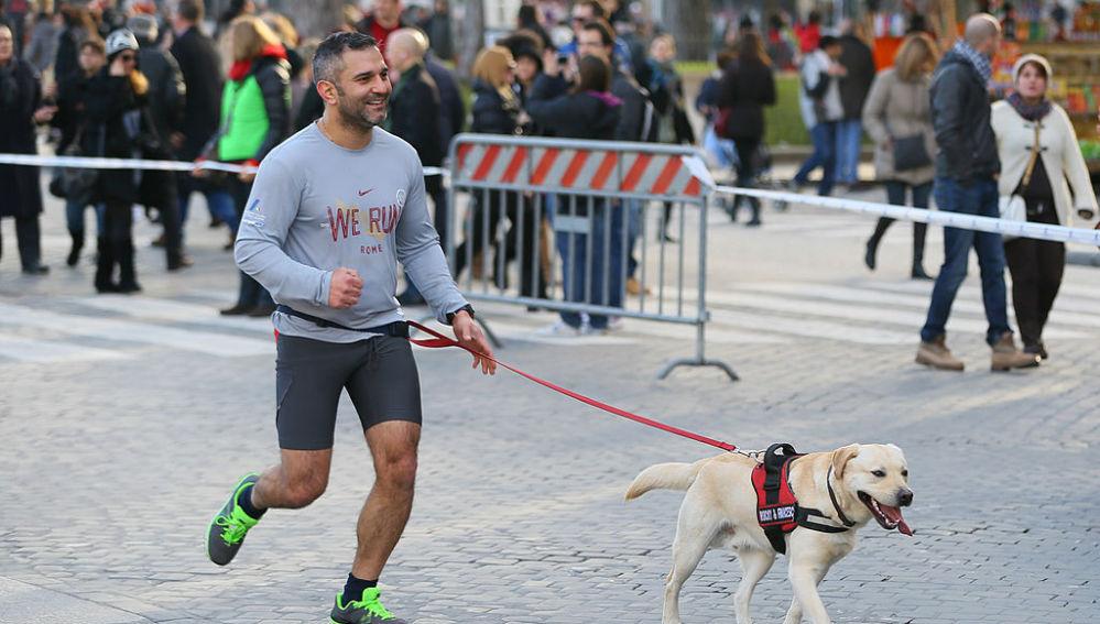 Un runner corriendo con su perro