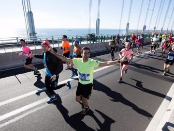 Raúl González, en la meta de la maratón de Nueva York.
