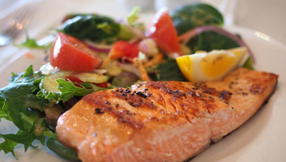 Un plato de salmón saludable