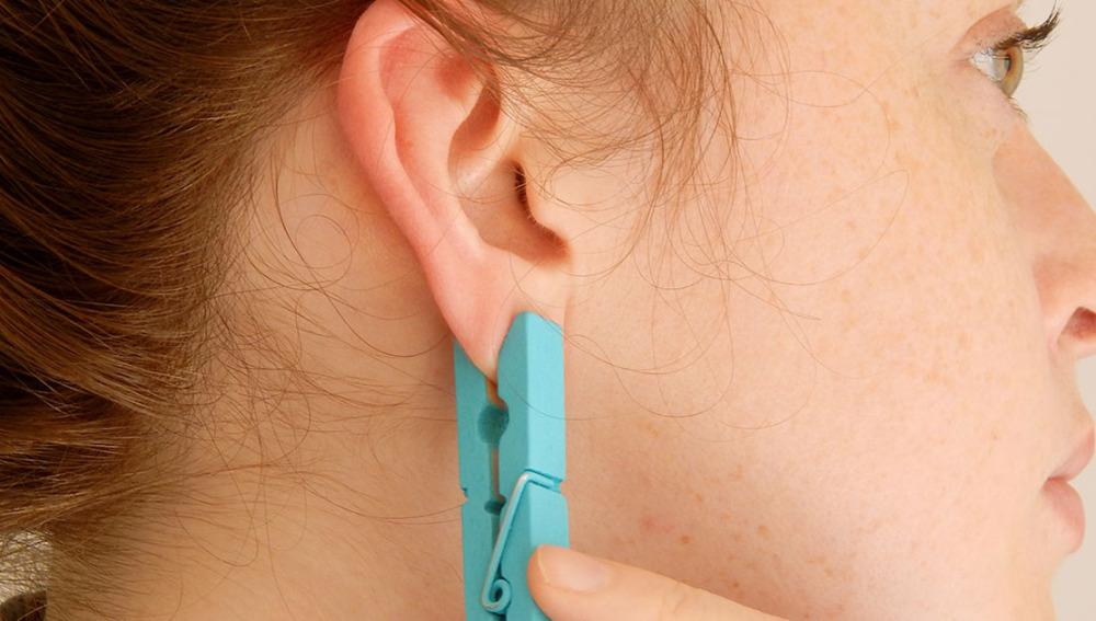 Cómo aliviar el dolor de cuello y espalda con una pinza para la ropa
