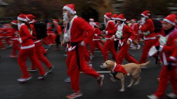 Unos runners disfrazados de Santa Claus
