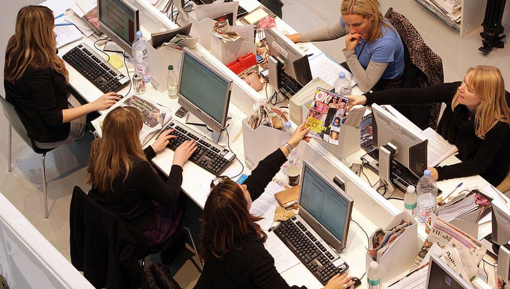 Trabajadores delante del ordenador