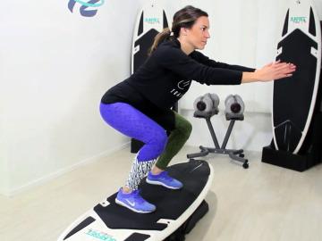 Paula Butragueño sobre una tabla de surf
