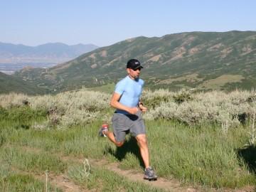 Un runner corriendo por el campo
