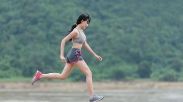 Una mujer practica running