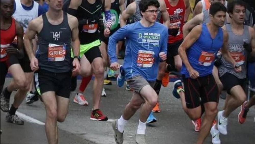 Corre una media maratón en 1h 11m con unas sandalias de enfermero
