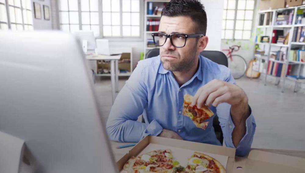 Quedarte a comer en la oficina puede empeorar tu estrés
