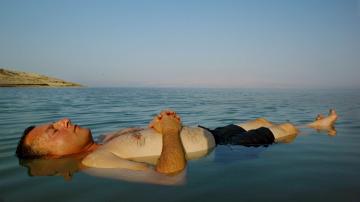Un hombre flota en el mar