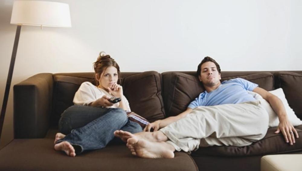 Una pareja viendo la televisión