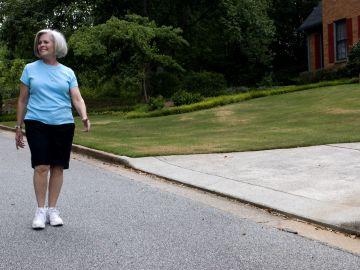Mujer mayor dando un paseo