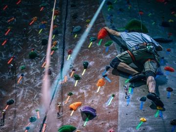 Un deportista escalando