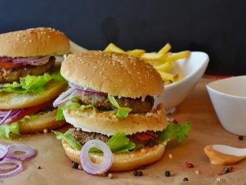 Es mejor comerse dos hamburguesas, que una con patatas