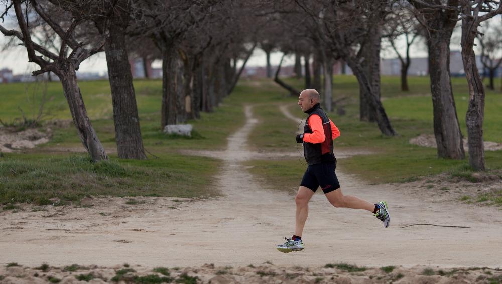 Un runner corriendo por un campo de Madrid