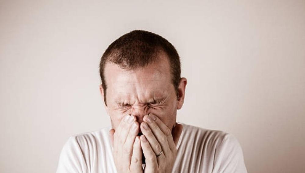 Un hombre se rompe la garganta al parar un estornudo