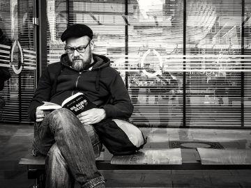 Un hombre sentado