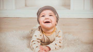 Un bebé sonriendo