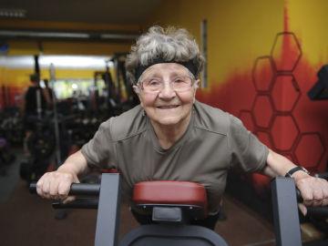 Una mujer mayor hace deporte