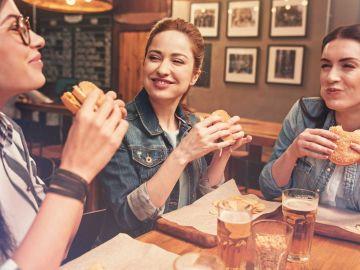 Milénicas comiéndose una hamburguesa