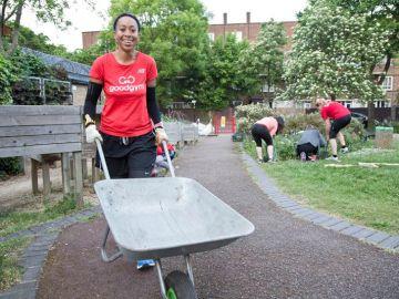 Voluntarios realizan labores de mantenimiento en un parque público