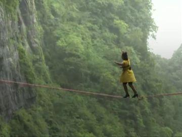 Cruzan una cuerda floja a 1.300 metros de altura... ¡con tacones!