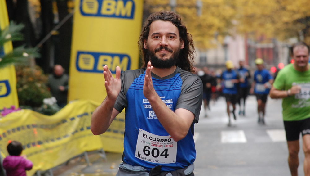 Un runner en estado de grata satisfacción espiritual y física